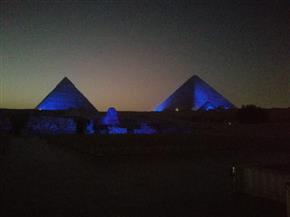 في اليوم العالمي للطفل.. إضاءة الأهرامات وأبو الهول باللون الأزرق