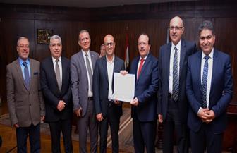تكريم أستاذ بكلية الهندسة لحصوله على جائزة جامعة طنطا للاستشهادات العلمية