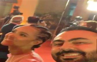 سيلفي لمحمد كريم مع بطلة «صراع العروش» في مهرجان القاهرة السينمائي