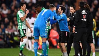 حارس ريال بيتيس يفقد عدسته اللاصقة أثناء مباراة ريال مدريد
