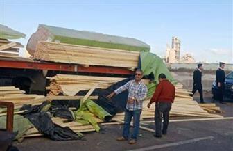 انقلاب سيارة محملة بالأخشاب يربك المرور بالطريق الساحلي غربي الإسكندرية | صور