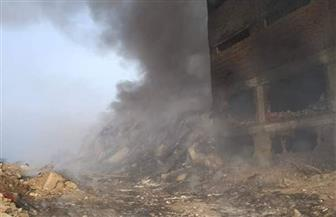 استمرار تصاعد الأدخنة من مصنع قليوب بعد إطفاء حريق استمر 8 ساعات | صور