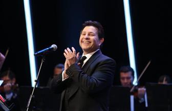 مداعبات مع الجمهور.. عشق وبهجة في حفل هاني شاكر بمهرجان الموسيقى العربية | صور