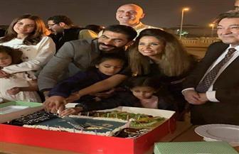 "خالد سليم يحتفل بعيد ميلاده مع عائلته في بلاتوه تصوير ""بلا دليل""| صور"
