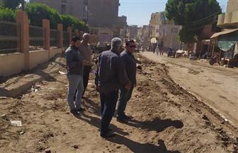 بدء رصف الشوارع الرئيسية بمدينة الزينية في الأقصر | صور