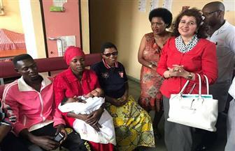 سفيرة مصر ببورندي تودع أسرة التوأم الملتصق قبل سفرهم للقاهرة لبدء العلاج | صور