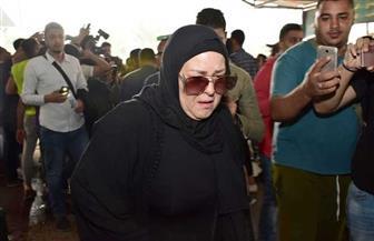 دلال عبد العزيز باكية: «هيثم عاش يتيما ومات وحيدا» | فيديو