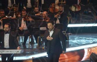 عاصي الحلاني لجمهوره بالأوبرا: أحمل تحية لكم من الشعب اللبناني | صور