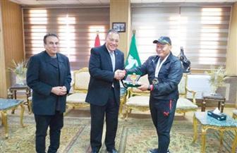 محافظ الشرقية يكرم بطل العالم للكيك بوكسينج بجائزة مالية وميدالية تذكارية