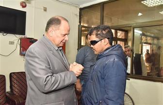محافظ أسيوط يلتقي شخصين من ذوي الاحتياجات الخاصة ويوفر فرص عمل لهما | صور