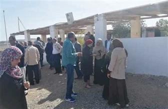 رئيسة مدينة سفاجا تبحث مشكلات قرية أم الحويطات مع لجنة من التنفيذين| صور