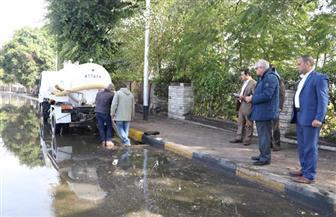 محافظ الجيزة يتابع أعمال شفط مياه الأمطار.. ويجازى مسئول النظافة | صور