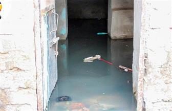 """المياه الجوفية تتسرب إلى منازل """"طنبدي"""" في مغاغة.. والمركز يدفع بـ3 سيارات لشفط المياه"""