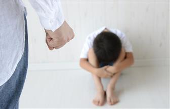 أب يعذب أطفاله.. والجيران يستغيثون بالشرطة.. والسبب اللعب في الشقة!
