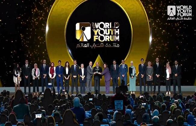 الرئيس السيسي يكرم عددا من النماذج الشبابية المتميزة في ختام منتدى شباب العالم| فيديو