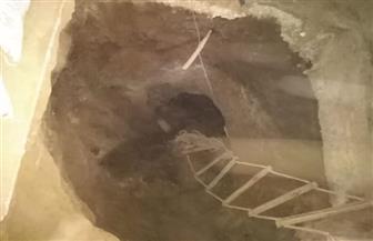 ضبط عامل ونجليه بسبب الحفر داخل مسكنهم للتنقيب عن الآثار وبحوزتهم قطع من العصر الروماني