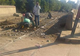 بدء صيانة خطوط السكك الحديدية بمزلقان السنطة بعد واقعة خروج جرار عن القضبان