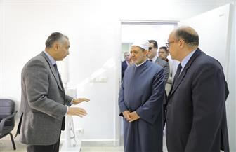 الإمام الأكبر يشيد بنجاح أول جراحة لاستئصال ورم بالفك لطالبة خلال تفقده مستشفى الأزهر التخصصي | صور