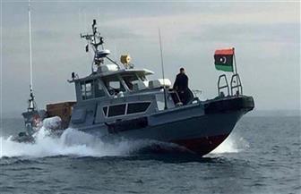 البحرية الليبية توقف سفينة يقودها طاقم تركي وتسحبها إلى ميناء رأس الهلال شرقي ليبيا