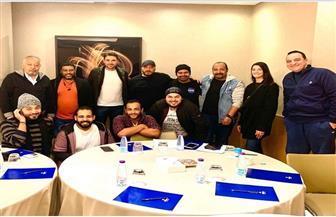 أحمد عز فى كواليس مسرحية علاء الدين مع أصدقائه| صور