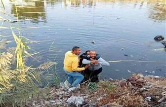شهامة شاب تنقذ صاحب سيارة ملاكي من الغرق في ترعة البدرشين