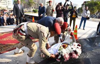 محافظ بورسعيد يضع إكليلا من الزهور على النصب التذكاري | صور