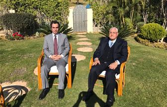 """المسلماني يهدي الرئيس السابق عدلي منصور نسخة من كتابه """"أمة في خطر"""""""