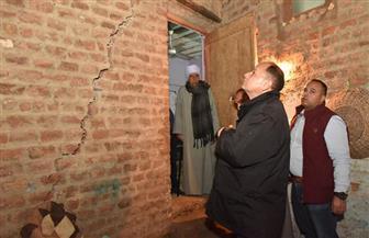 محافظ أسيوط يتفقد 4 منازل بأبنوب تعرضت للتصدع ويخلي المتضررين لمساكن الرعاية | صور