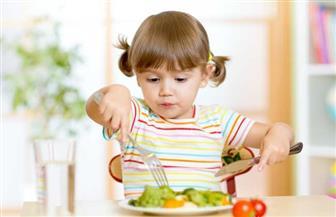 لماذا يقذف الأطفال الصغار أطباق الطعام المقدمة لهم؟