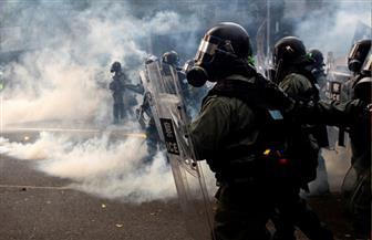 شرطة هونج كونج تطلق الغاز المسيل للدموع لتفريق المتظاهرين عشية عيد الميلاد