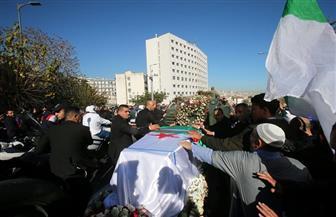آلاف المواطنين يشيعون جثمان رئيس الأركان الجزائري قايد صالح | صور