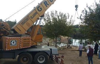 الاستعانة بمعدات ثقيلة لاستخراج كوبري الصندل الغارق في ترعة شبرا النملة بطنطا | صور