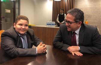 """وزير الآثار يستقبل الطفل """"علي صبرة"""" الذي يحلم أن يصبح عالما للآثار"""