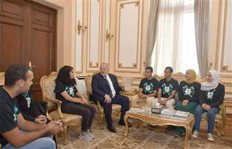 الخشت يهدي ميدالية جامعة القاهرة للفائزين بالمركز الثالث على مستوى العالم في مسابقة IGEM