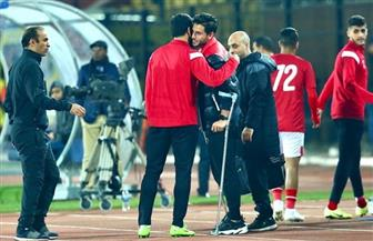 حمدي فتحي يؤازر زملاءه في الملعب.. وفايلر يطمئن عليه