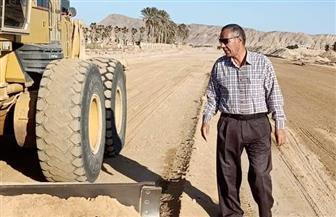 رئيس مدينة طور سيناء يتفقد أعمال تطوير طريق حمام موسى | صور