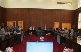 محافظة البحر الأحمر تستعرض آليات حماية البيئة وخطة المكافحة | صور