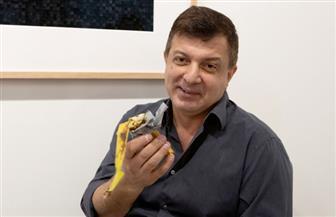 """فنان أمريكي """"جرئ"""" يأكل نسخة من العمل الفني """"موزة"""" ثمنه 120 ألف دولار"""