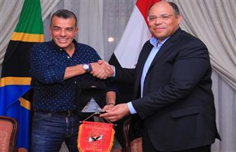 مرتجى يهدي سفير مصر بـتنزانيا «درع وعلم» الأهلي