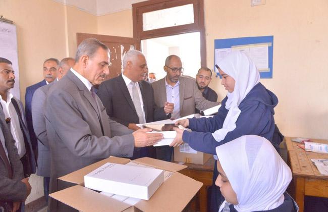 محافظ أسيوط يشهد توزيع  التابلت  على طلبة الصف الأول الثانوي بمدرسة الجامعة الموحدة   صور -