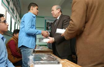 محافظ كفرالشيخ يسلم التابلت لطلاب مدرسة شهيد السلام الثانوية ويؤكد توزيع 21 ألف جهاز على المدارس | صور