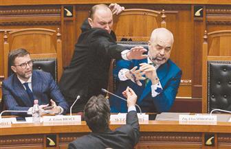 """رش رئيس الحكومة الألبانية بـ""""الحبر"""""""
