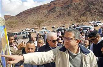 خالد العناني أول وزير آثار يصعد 850 مترا ليزور معبد سرابيط الخادم
