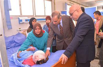 """محافظ أسيوط يوجه بتقديم سبل الرعاية الصحية لتلميذة """"الضغط العالي"""" أثناء زيارته لها   صور"""