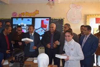 إدارات المنيا التعليمية توزع أجهزة التابلت على طلاب المدارس