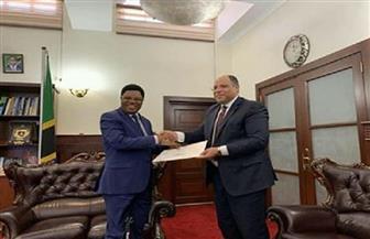 السفير المصري في تنزانيا يسلم رئيس الوزراء التنزاني دعوة رسمية لزيارة مصر