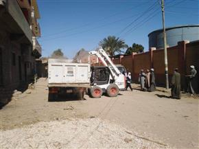 رفع 40 طن مخلفات أتربة وكسح المياه الجوفية من منازل المواطنين جنوب الأقصر | صور