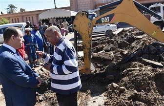 """نائب محافظ أسوان ينتقل لموقع كسر ماسورة مياه الشرب بـ""""ميدان  الشهداء""""    صور"""