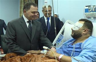 وزير الداخلية يزور المصابين من رجال الشرطة في حادث الدرب الأحمر   صور