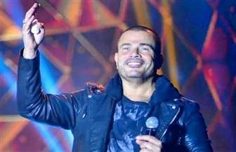 """عمرو دياب يتصدر """"التريند"""" عقب سقوطه على خشبة المسرح"""